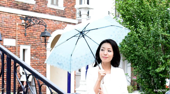 ブルーのレースの日傘 モデル写真