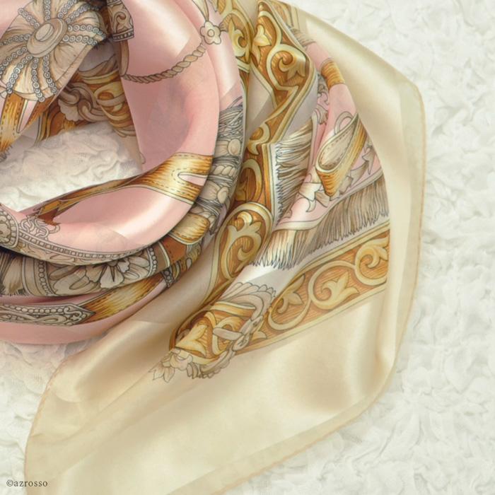横浜スカーフ ブライドルホース モデル着用写真 ベージュローズ