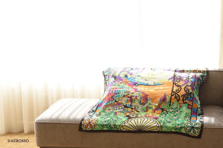 シルクスカーフをソファーにかけている写真