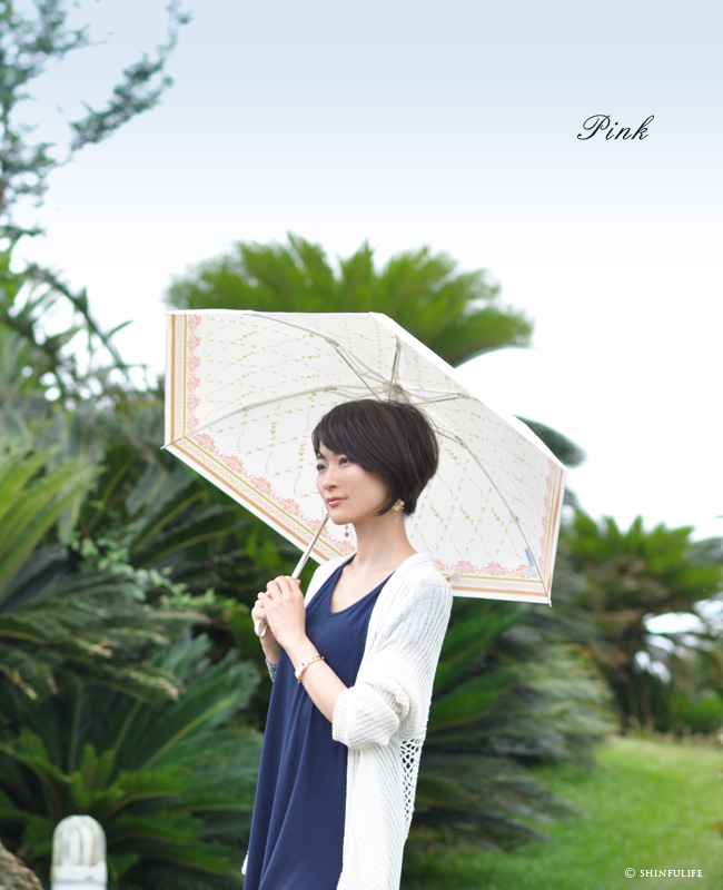 美しいローズプリントの軽量折り畳み日傘。白でもuvカット99.8%以上!UVION プレミアムホワイト おりたたみ日傘/晴雨兼用/遮熱効果でひんやりクールダウン/紫外線/完全遮光や1級遮光と違い瞳に安全な日傘/花柄/日本製/丈夫/折りたたみ/母の日/プレゼントモデル写真 ピンク