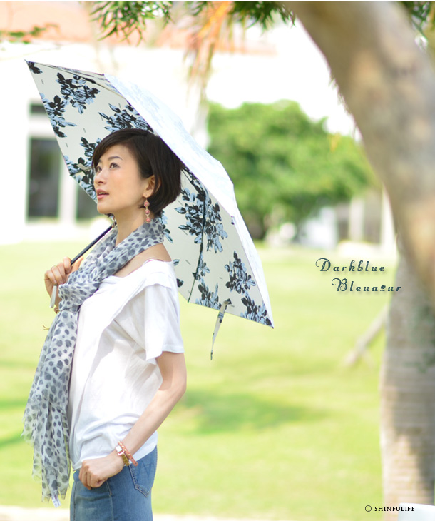 UVカット/白/ホワイト/折りたたみ日傘/プレミアムホワイト/日本製/UVION/ モデル写真 ダークブルー ブルーアジュール
