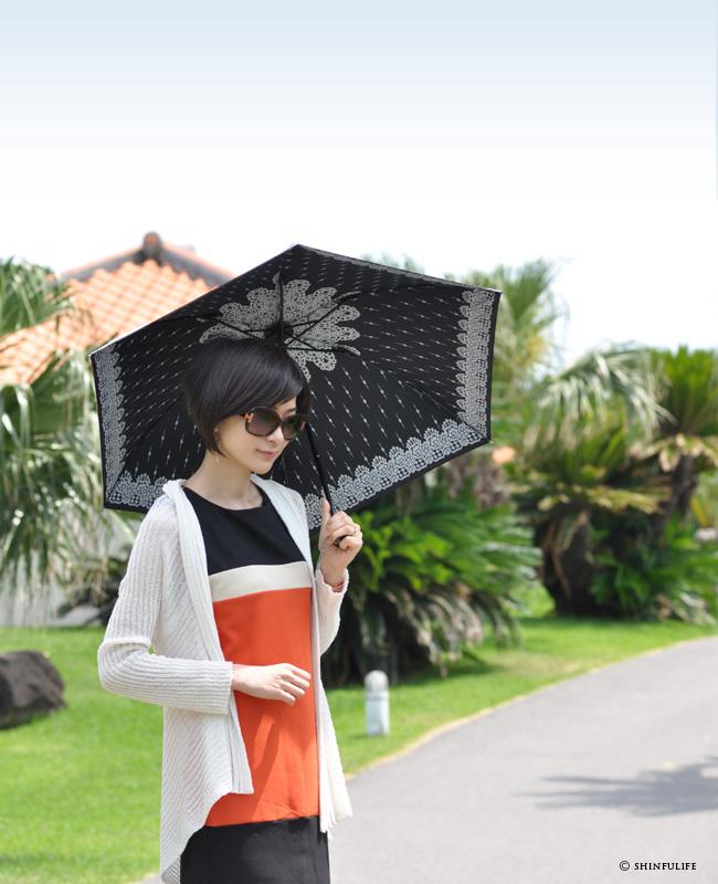 【軽量ミニ50サイズ】シルバーコーティング 折りたたみ日傘 クールなレース柄の折り畳み日傘/UVION/ブラック/黒/遮熱でひんやり、クールダウン効果/uvカット99%以上/日傘/雨傘/晴雨兼用/完全遮光や1級遮光と違い瞳に安心/母の日/プレゼント モデル写真 ブラック2